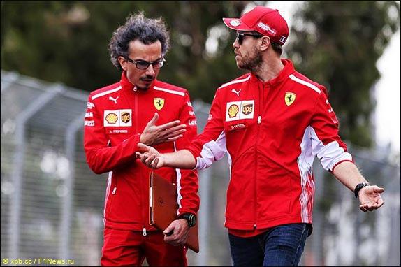 Спортивный директор Ferrari Лоран Мекис и Себастьян Феттель во время прогулки по трассе