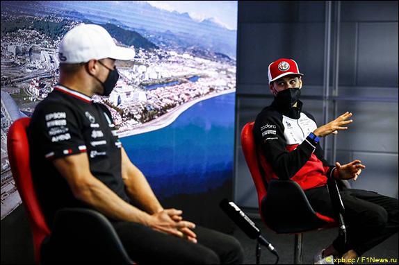 Валттери Боттас (Mercedes) и Антонио Джовинацци (Alfa Romeo)