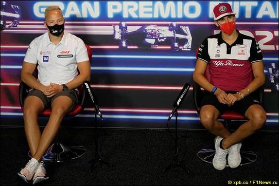Никита Мазепин (Haas) и Антонио Джовинацци (Alfa Romeo)