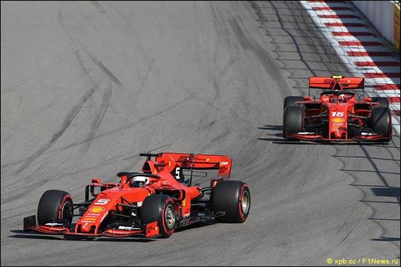 Гонщики Ferrari обменивались лучшими секторами, отрываясь от Хэмилтона