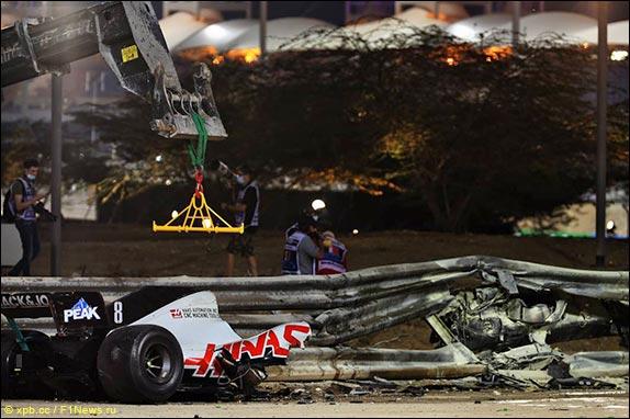 Задняя часть машины осталась на трассе, передняя застряла в барьере и сгорела
