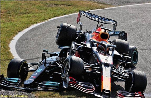 Хэмилтон вернулся на трассу перед Ферстаппеном, Макс его атаковал – гонщики столкнулись, машина Ферстаппена подпрыгнула на поребрике и упала сверху на Mercedes