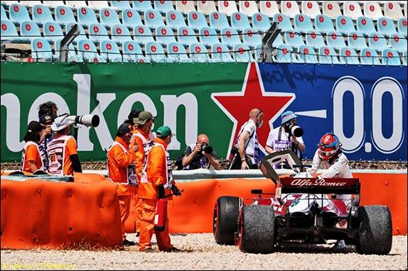 На втором круге Райкконен на главной прямой задел машину Джовинацци и со сломанной подвеской выбыл из борьбы