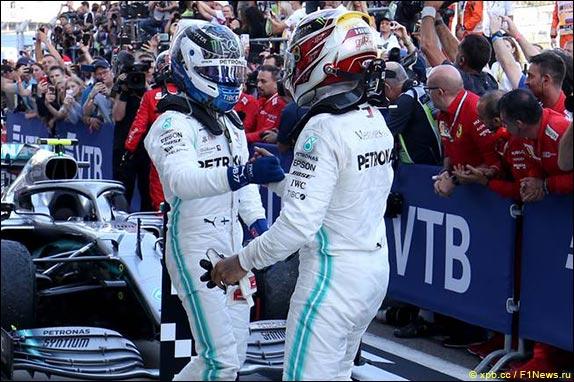 Льюис Хэмилтон выиграл гонку в Сочи, одержав девятую победу в сезоне и 82-ю в карьере. Валттери Боттас финишировал вторым – у Mercedes восьмой победный дубль в этом году и шестая из шести победа на Сочи Автодроме.