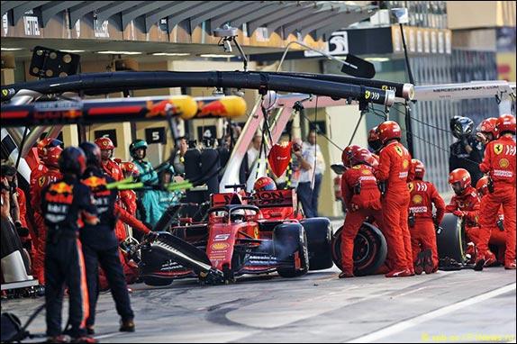 На 13-м круге Леклер и Феттель провели пит-стоп – в Ferrari обслужили две машины подряд, но с Себастьяном возникла заминка при замене переднего левого колеса