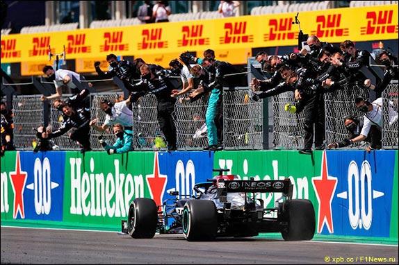 Льюис Хэмилтон выиграл Гран При Португалии, одержав вторую победу в сезоне и 97-ю в карьере