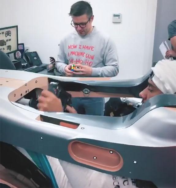 Льюис Хэмилтон проходит подгонку сиденья на базе Mercedes