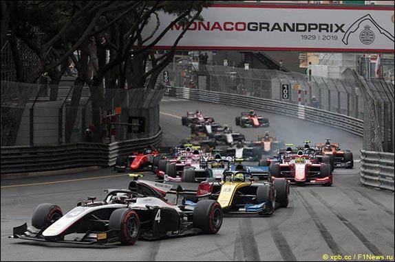 Старт гонки Формулы 2 в Монако
