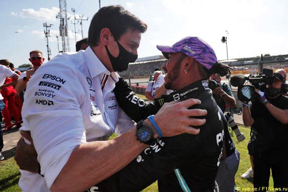 Тото Вольфф и Льюис Хэмилтон после финиша Гран При Великобритании