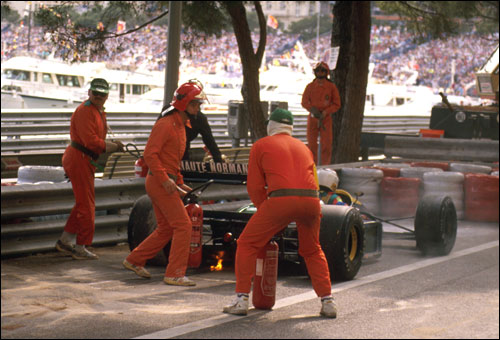 Маршалы тушат мотор Lamborghini. Монако'89