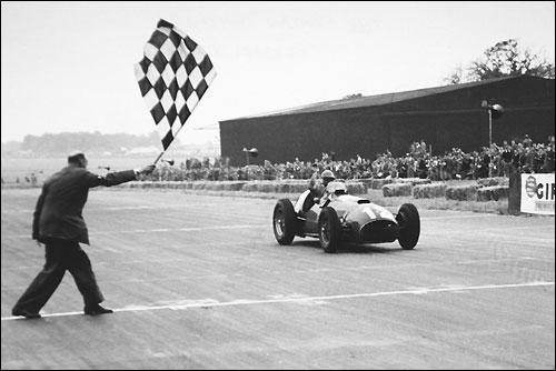 Хосе Фройлан Гонсалес пересекает линию финиша в Сильверстоуне, 1951 год