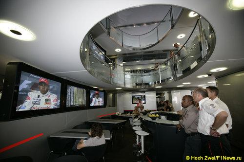 Рон Деннис слушает ответы гонщиков на пресс-конференции...