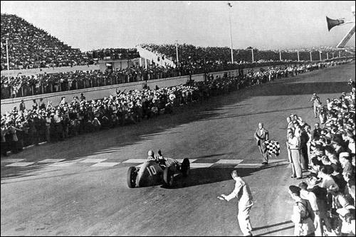 Альберто Аскари пересекает финишную черту на Гран При Аргентины 1953 года