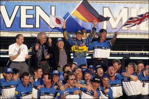 Михаэль Шумахер празднует завоевание второго титула в Аиде, 1995 год