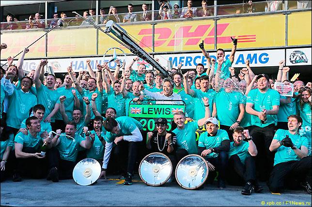 Команда Mercedes празднует победный дубль в Гран При Австралии 2015