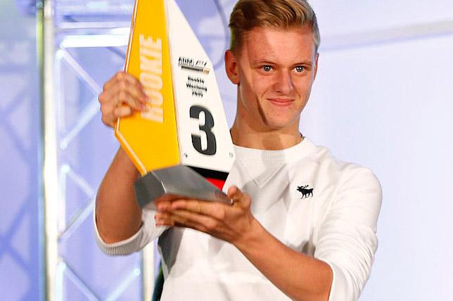Мик Шумахер на награждении призёров чемпионата Формулы 4
