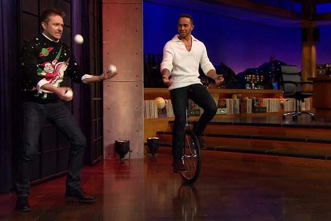 Льюис Хэмилтон демонстрирует своё искусство в американском The Late Late Show