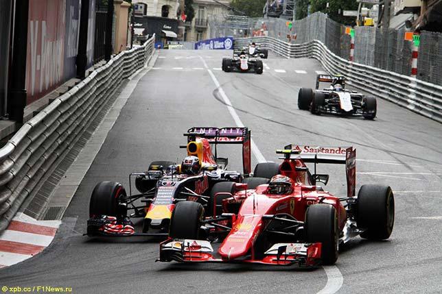 Через мнгновение Даниэлю Риккардо удатся буквально отпихнуть Ferrari Кими Райкконена и выйти вперёд на трассе в Монако...