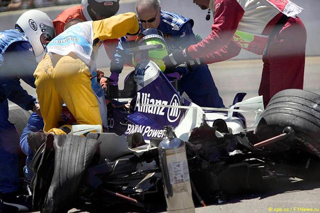 Спасатели извлекают Ральфа Шумахера из кокпита после аварии на Гран При США 2004 года