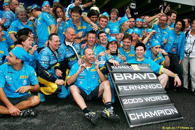 Команда Renault празднует титул Фернандо Алонсо после Гран При Бразилии 2005 года