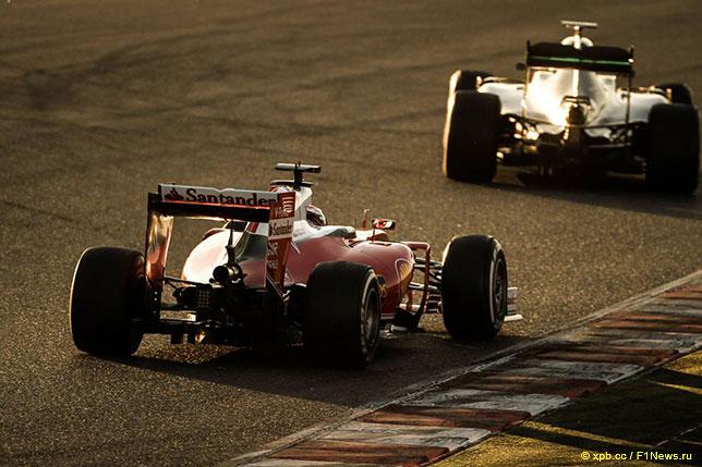 Ferrari Кими Райкконена и Mercedes Льюиса Хэмилтона во время тестов в Барселоне