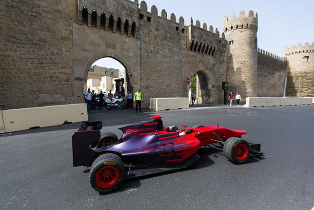 Гюльгусейн Абдуллаев проезжает первые круги по трассе в Баку
