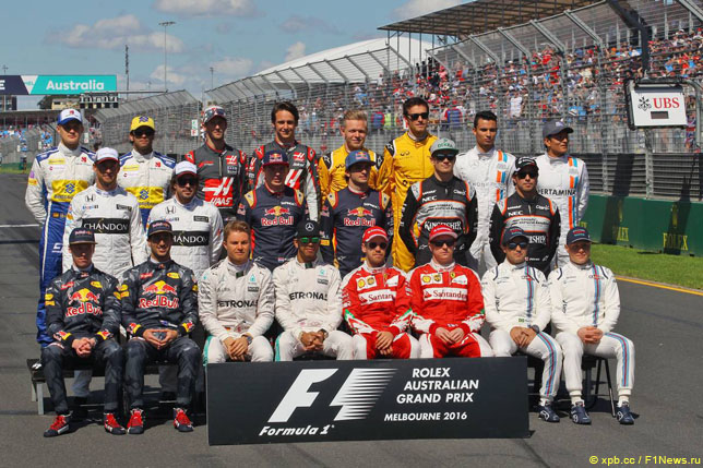 Пилоты Формулы 1 на традиционном фотографировании перед первой гонкой сезона