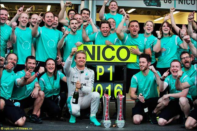 В Mercedes празднуют победу Росберга