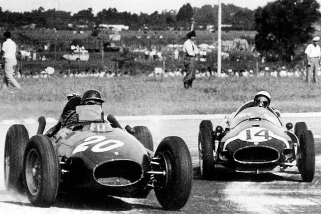 Майк Хоторн (Ferrari) и Стирлинг Мосс (Cooper) ведут борьбу на Гран При Аргентины 1958 года