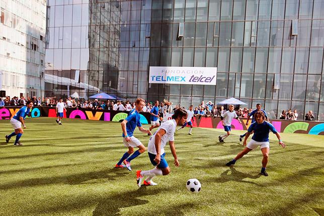 Карлос Сайнс и Даниил Квят во время благотворительного футбольного матча в Мехико