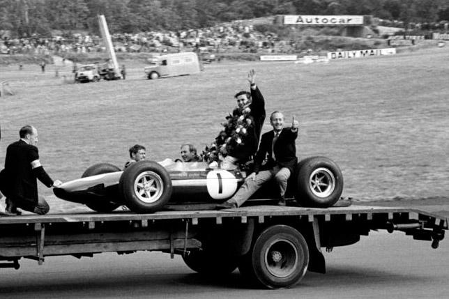 Джим Кларк и руководитель Lotus Колин Чэпмэн после победы на Гран При Великобритании 1964 года