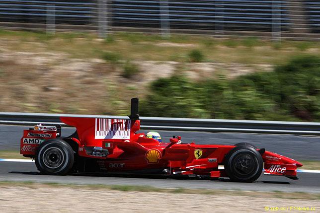 Фелипе Масса за рулём Ferrari F2008 на тестах в Хересе; на машине характерный аэродинамический стабилизатор, тот самый акулий пл