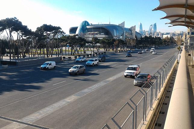 Проспект нефтяников, где во время Гран При будет проходить главная прямая. Снимок сделан с неразобранной части питбилдинга
