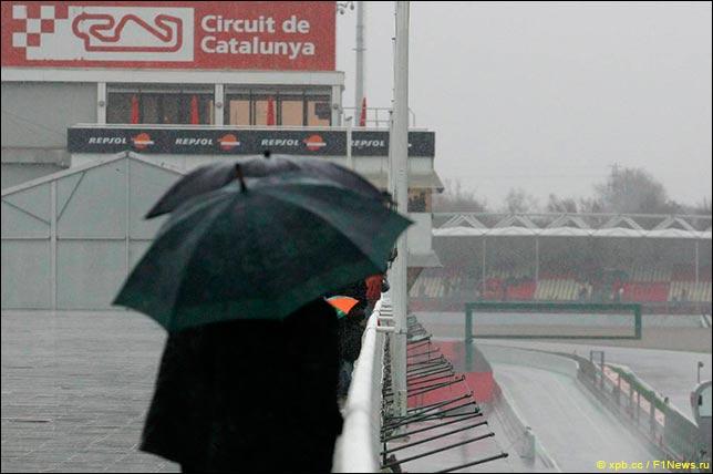 Дождь на тестах в Барселоне