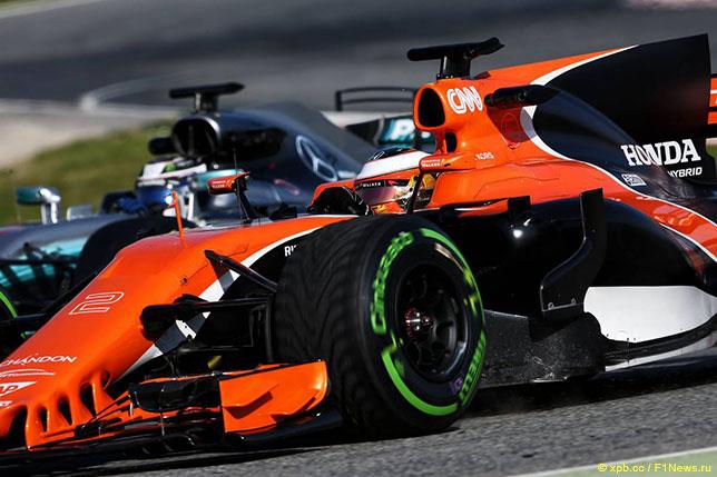 Машины McLaren и Mercedes на трассе в Барселоне в ходе тестов 2017 года