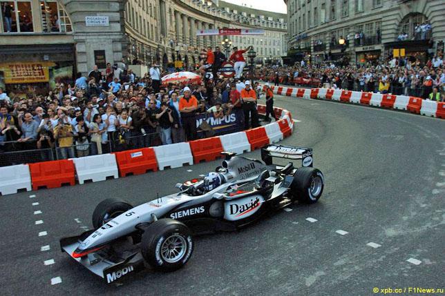 Дэвид Култхард за рулем McLaren во время демонстрационных заездов в Лондоне, 2004 год