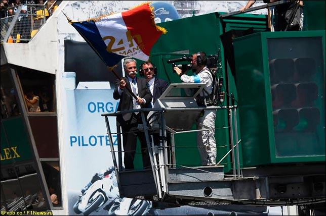 Отмашку стартовым флагом дал исполнительный директор Формулы 1 Чейз Кэри...