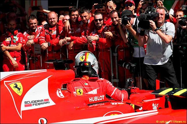 Себастьян Феттель и механики Ferrari