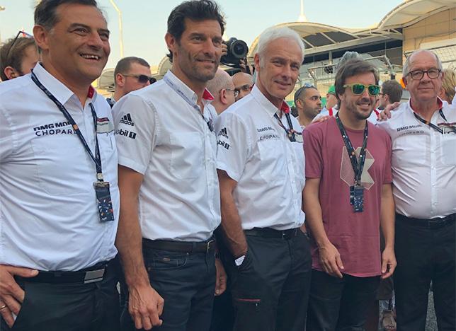 Фернандо Алонсо на стартовом поле автодрома Сахир вместе с руководителями Porsche, среди которых мы видим и Марка Уэббера
