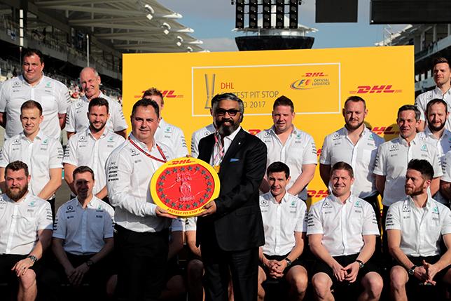 Награждение команды Mercedes за победу в Fastest Pit Stop Award