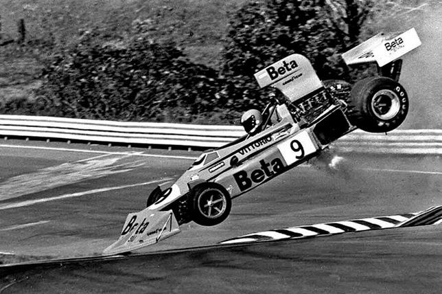 Авария Витторио Брамбиллы на квалификации Гран При США 1975 года. Фото Уоткинс-Глен