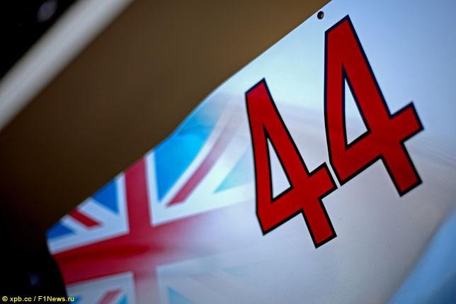 Номер 44 на машине Льюиса Хэмилтона