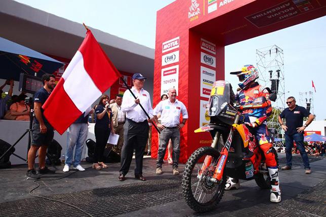 Президент Перу Пабло Кучински даёт стартовую отмашку национальным флагом на подиумной церемонии