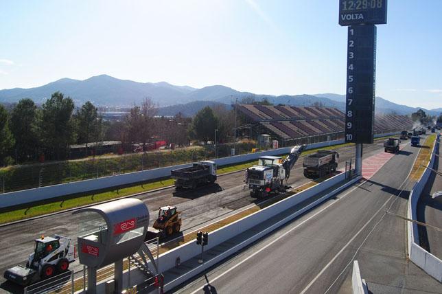 Работы по замене асфальта на стартовой прямой барселонской трассы