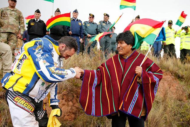 Президент Боливии Эво Моралес приветствует участников ралли-рейда