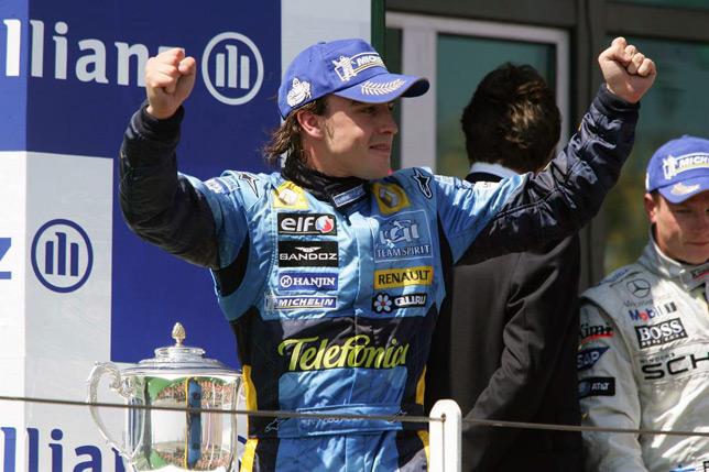 Фернандо Алонсо и Кими Райкконен на подиуме Гран При Франции 2005 года