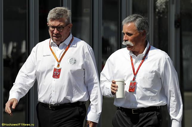 Чейз Кэри, исполнительный директор Формулы 1, и Росс Браун (слева), спортивный директор чемпионата