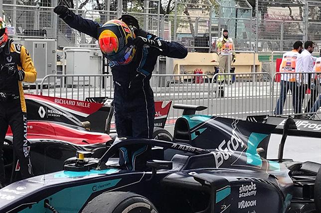 Александер Элбон после победы в субботней гонке в Баку