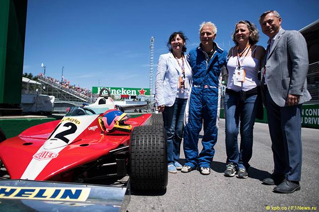 Франсуа Дюмонтье, Жак Вильнёв и его мать у Ferrari Жиля Вильнёва на старт-финишной прямой трассы в Монреале
