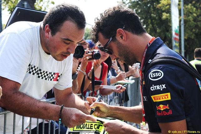 Даниэль Риккардо раздает автографы